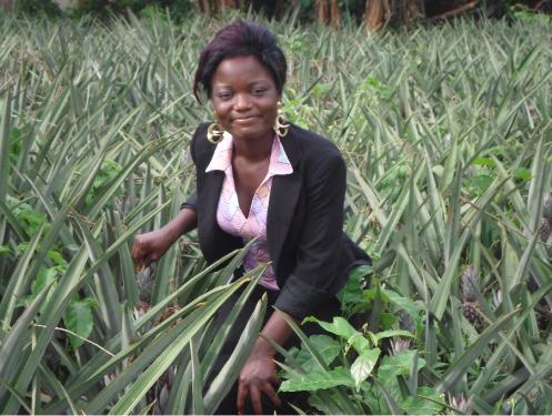 Marthe Montcho lors d'une visite dans un champs d'ananas