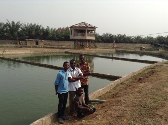 De gauche vers la droite : Aké Amazan, l'oncle David, moi et la fille de David